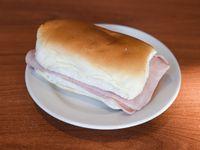 Sándwich pebete de jamón cocido y queso