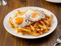 Papas bastones con muzzarella y huevo frito