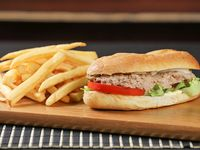 Sándwich de atún con papas fritas