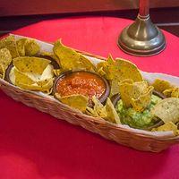 Nachos con 3 salsas