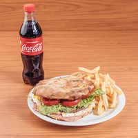 Combo para uno - Sándwich de hamburguesa casera King + bebida 500 ml + papas fritas