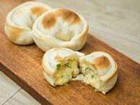 Empanada con queso y cebolla de verdeo
