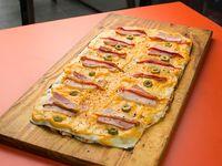 Pizza panceta, cebolla y queso cheddar a la parrilla (12 porciones)
