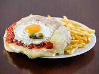 Milanesa napolitana con papas fritas y huevo