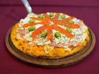 Pizza con jamón, morrón y huevo