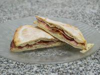 Tostado en pan árabe de bondiola y muzzarella