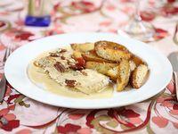 Lomo de pescado con crema roquefort y papas al romero