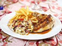 Pollo deshuesado a la parrilla con barbacoa, papas fritas y legumbres a la china