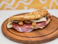 Waffle de bondiola, cebolla crujiente, doble queso y salsa barbacoa