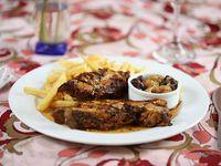 Cochinillo deshuesado asado al horno servido con chutney y papas fritas