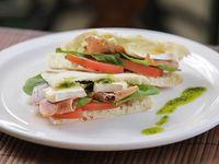 Sándwich tibio de jamón crudo