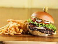 Promo 6 - Hamburguesa de la casa completa con papas fritas