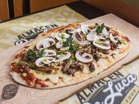 Pizza con carne y vegetales