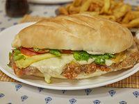Súper sándwich de milanesa completa con papas fritas