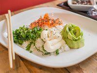 Sushi al plato con una proteína