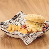 Hot reuben sándwich con guarnición