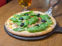 Pizza con champignones, ajo y albahaca